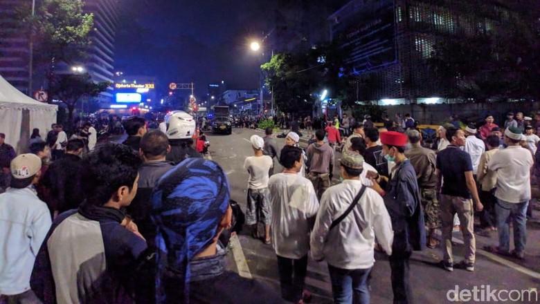 Diminta Polisi Bubar dari Bawaslu, Massa Bergeser ke Jl Wahid Hasyim
