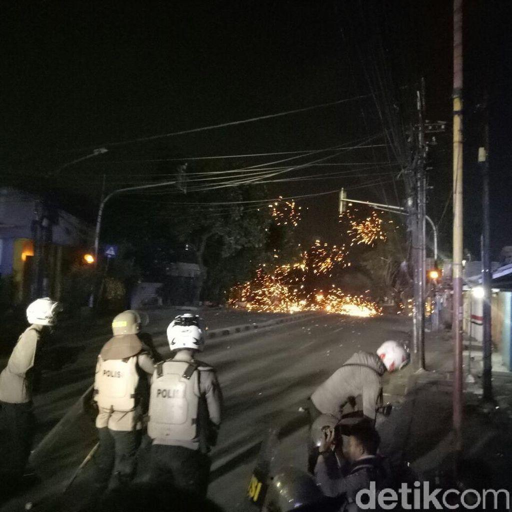 Polisi di Asrama Brimob Petamburan Dikepung Massa dari 2 Arah