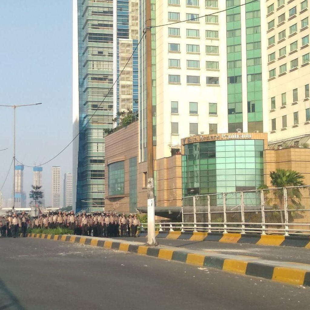 Rusuh di Flyover Slipi, Massa Lempar Batu ke Arah Polisi