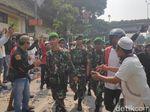 TNI Merapat ke Jl Jatibaru Tanah Abang, Massa Berhenti Rusuh