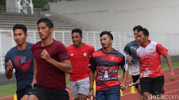 Lalu Muhammad Zohri bersama pelari estafet di Stadion Madya.