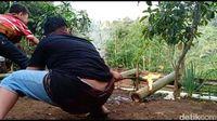 Asyiknya Ngabuburit Main Meriam Bambu di Lembang