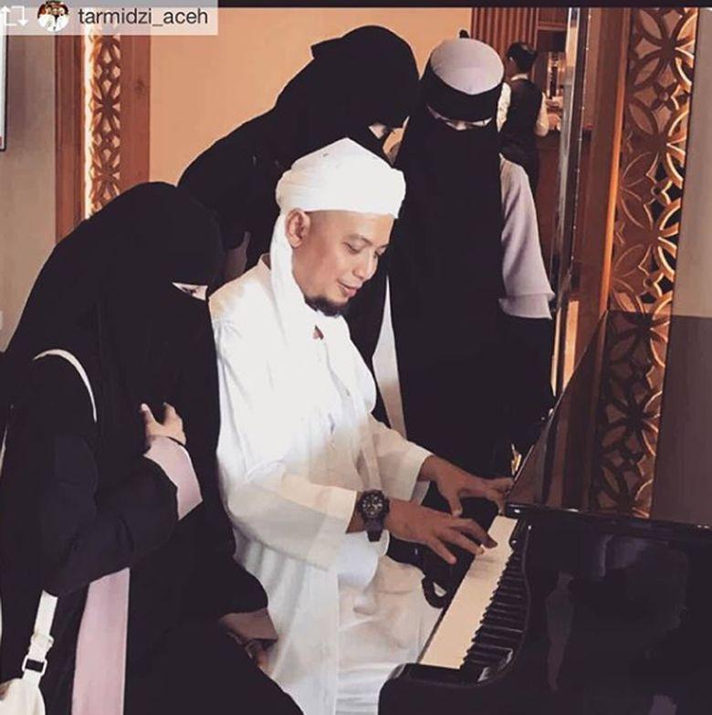 Ustaz Arifin Ilham meninggal dunia dan didampingi oleh ketiga istrinya.Dok. Instagram/yuni_syahla_aceh