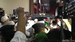 Pelayat Menangis saat Jenazah Ustaz Arifin Ilham Keluar dari Ambulans