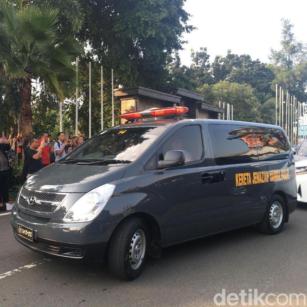 Iring-iringan Mobil Ikuti Keberangkatan Jenazah Ustaz Arifin Ilham dari Halim