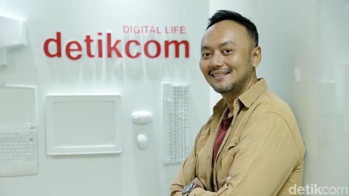 Penulis Valiant Budi saat berkunjung ke kantor detikcom.