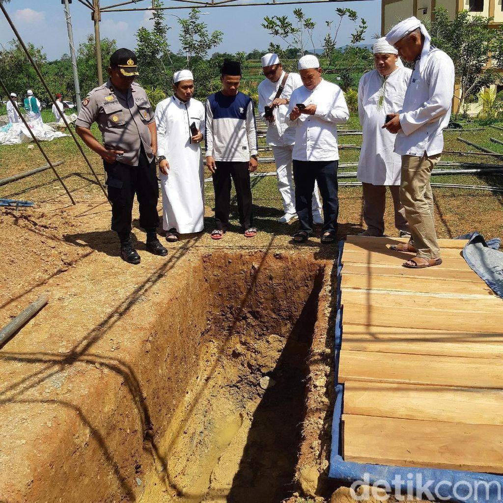 Tenda Merah Putih di Liang Lahad Ustaz Arifin Ilham