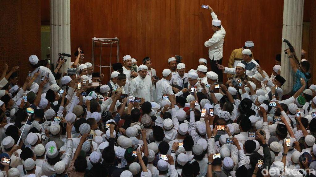 Jemaah Kumandangkan Takbir Lepas Jenazah Ustaz Arifin Ilham di Sentul