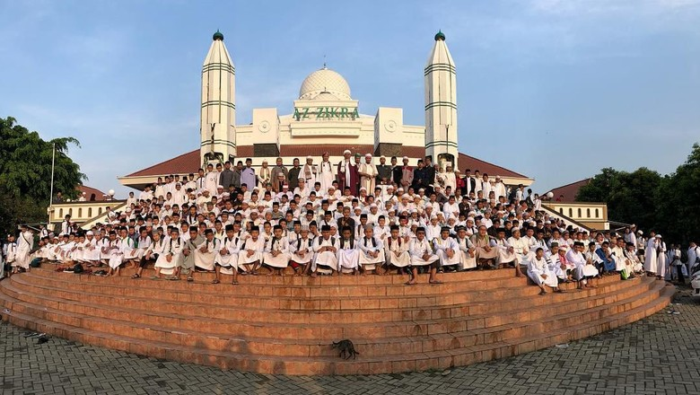 Masjid Az Zikra di Sentul, Bogor (foto kanan)