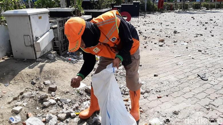 Semangat Petugas UPK DLH Bersihkan Sisa Rusuh di Tengah Efek Gas Air Mata