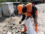 Semangat PPSU Bersihkan Sisa Rusuh di Tengah Efek Gas Air Mata