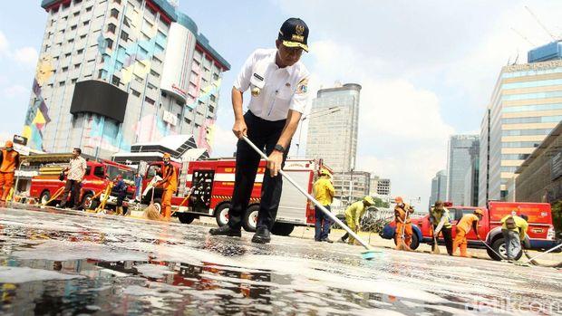 Anies bersihkan Jl MH Thamrin /