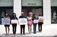 Aktivis PETA protes di depan Butik Prada di Seoul, Korea Selatan, pada 2016..
