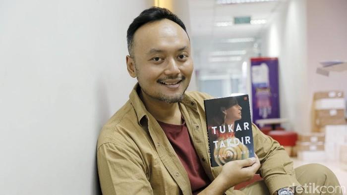 Penulis Valiant Budi saat berkunjung ke kantor detikcom. (Foto: Asep Syaifullah/detikHOT)