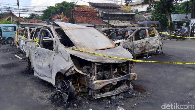 Sedihnya Erlanda Lihat Mobil Kesayangan Hangus Dibakar di Petamburan