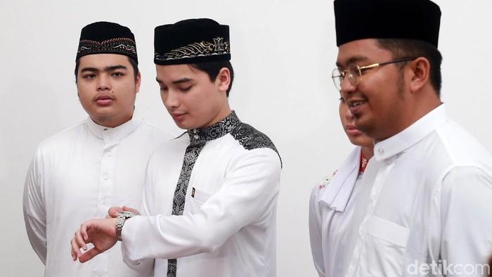 Keluarga Ustaz Arifin Ilham menggelar konferensi pers di Masjid Az-Zikra. Jenazah Ustaz Arifin Ilham diperkirakan tiba di Bogor pada sore hari.