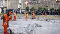 Menengok Aksi PPSU Bersihkan Sisa Rusuh Depan Bawaslu