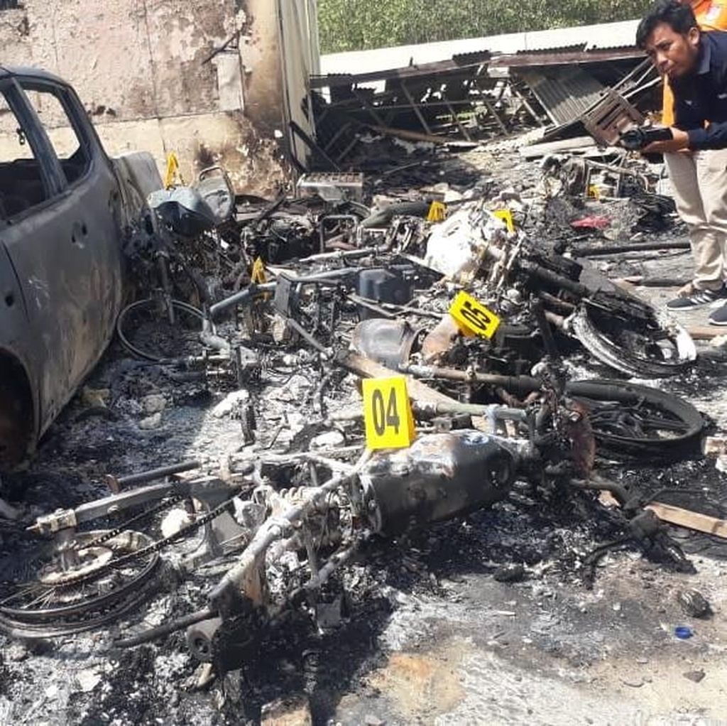 3 Mobil dan 11 Motor Ikut Terbakat Saat Polsek Tambelangan Dibakar Massa