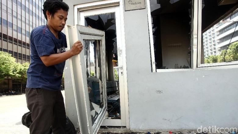Pos Polisi Sarinah Mulai Dibersihkan