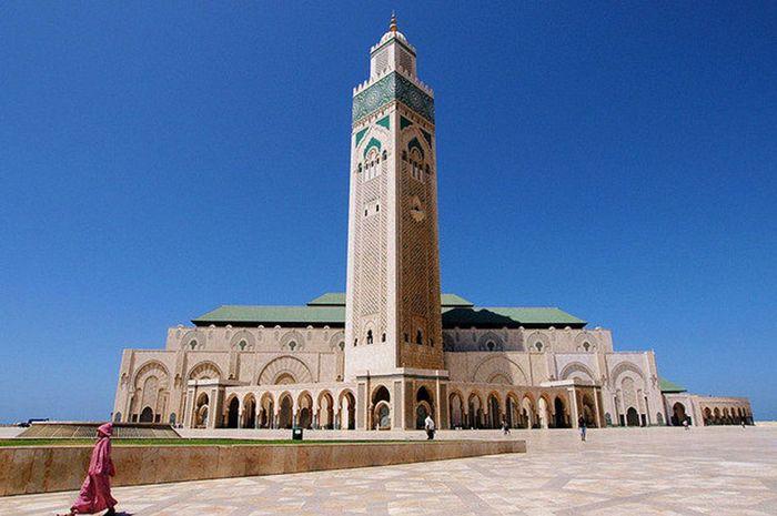 Masjid Hassan II dibangun pada tahun 1980 atas prakarsa dari raja Maroko kala itu yaitu Raja Hassan II. Saat merayakan hari jadinya, sang raja berniat untuk membangun sebuah bangunan yang tak hanya megah namun juga memukau. Dok. www.atlasobscura.com.