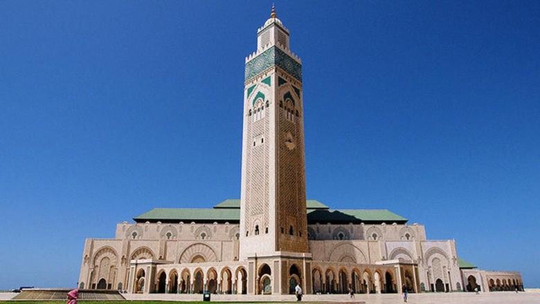 Masjid Hassan II berdiri megah dan mempesona di kawasan Casablanca Maroko. Tak heran, masjid ini disebut sebagai salah satu masjid terindah di dunia. Mau lihat?