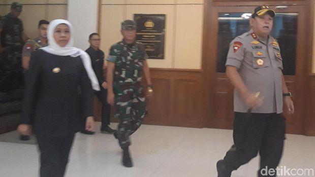 Kapolda, Gubernur Jatim dan Pangdam menuju Polsek Tambelangan/