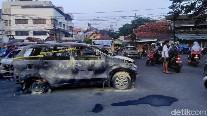 Mobil-mobil terbakar di Petamburan (Bil/detikcom)