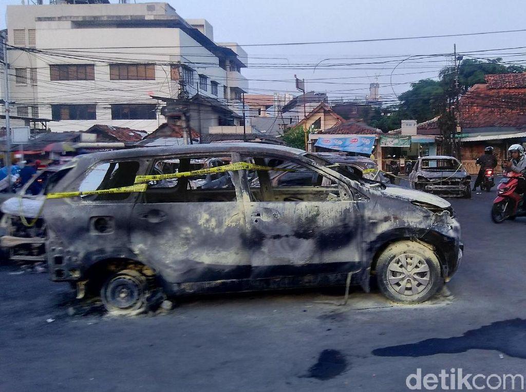 Bangkai-bangkai Mobil di Petamburan Jadi Lokasi Ngabuburit Warga
