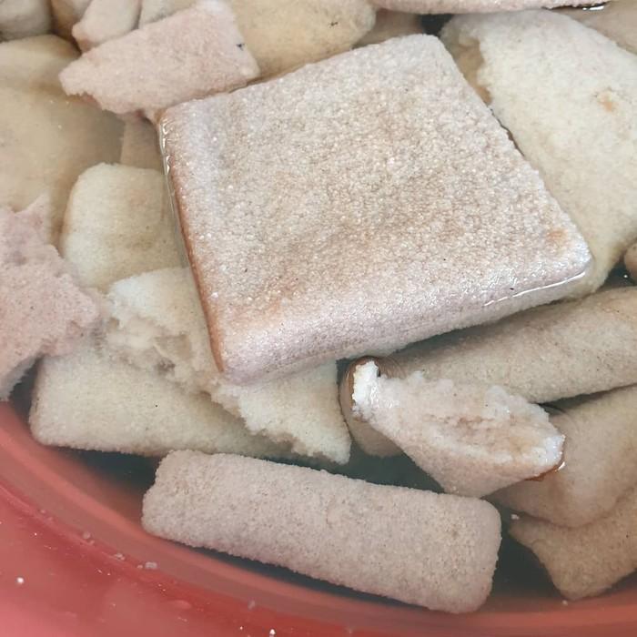 Sagu Ambon berbentuk lempengan ini sering diolah menjadi bubur sagu Ambon. Direndam dalam air hingga mengembang, sagu ini cocok dimasak dengan rebusan gula dan santan. Foto: Instagram@merrytan_tuwendi