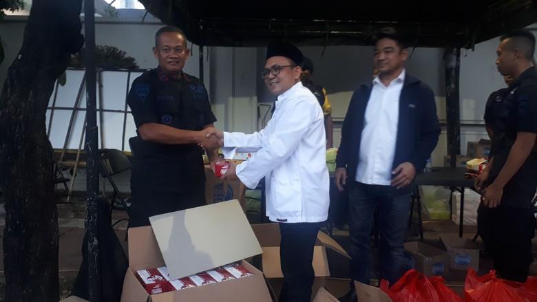 Relawan GoJo Bagi-bagi Takjil ke Aparat yang Jaga Gedung KPU