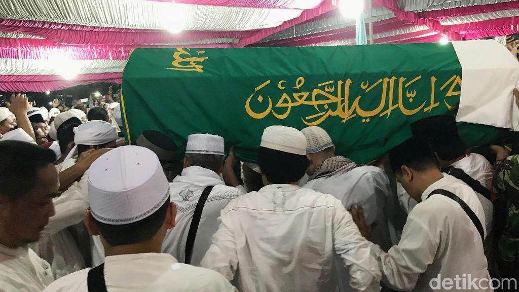 Pusara Ustaz Arifin Ilham Ditutup, Tangisan Keluarga Pecah