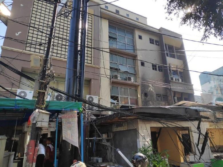 Sisa Ricuh di Sabang Jakpus Semalam: Restoran Rusak, Tembok Dicoreti