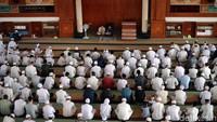 Para pengunjung juga terus berdatangan di Masjid Az-Zikra.