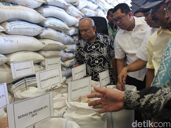 Peninjauan stok beras di Gudang Bulog di Buduran, Sidoarjo/Foto: Suparno