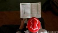 Para jemaah tersebut nampak membaca Alquran di Masjid Az-Zikra, Bogor, Jawa Barat.