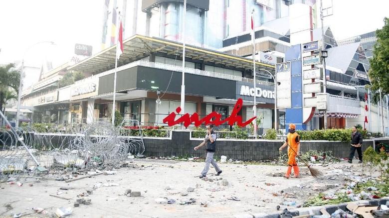 Petugas membersihkan sisa kerusuhan di Sarinah Foto: ANTARA FOTO/Yulius Satria Wijaya