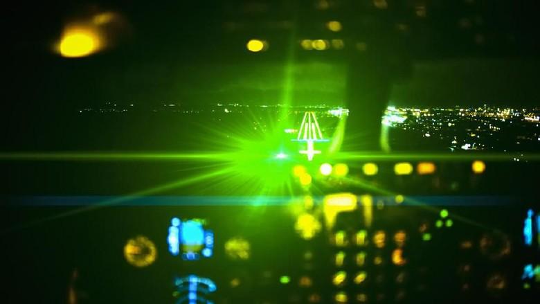 Ilustrasi sinar laser menyerang pesawat (iStock)