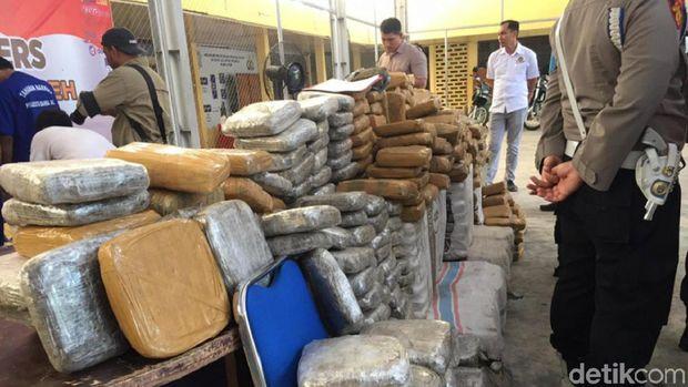 Polresta Banda Aceh menggagalkan pengiriman ganja sebanyak satu ton ke Jakarta.