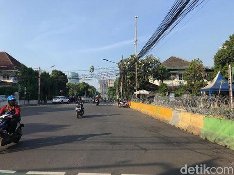 Ruas Jl HOS Cokroaminoto dekat gedung KPU pagi ini.