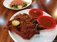 Gili Lombok: Pedas Nendang Ayam Bakar Berbumbu Khas Taliwang