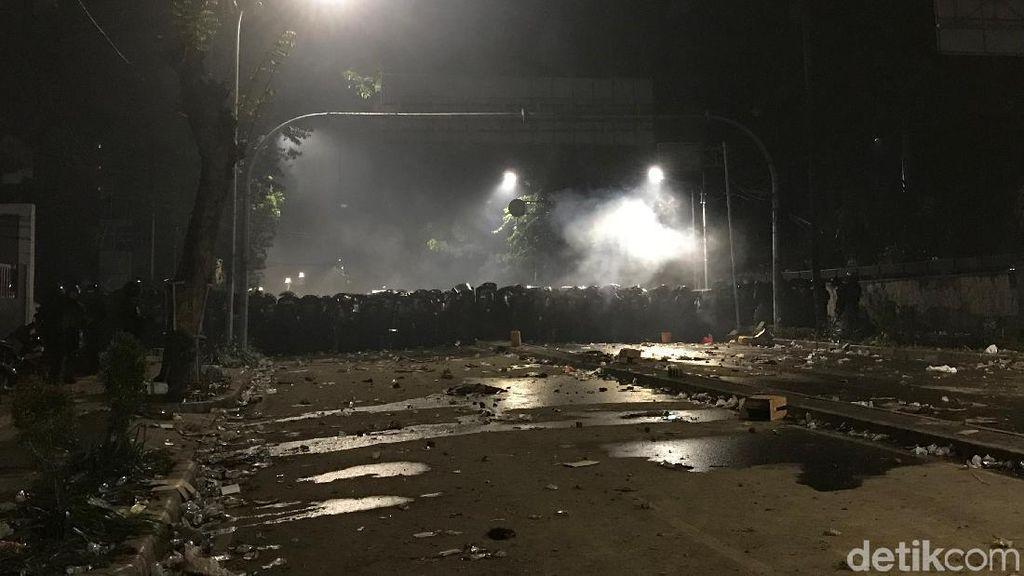 Jelang Sahur Massa Masih Bertahan Dekat Bawaslu, Polisi Susun Barikade