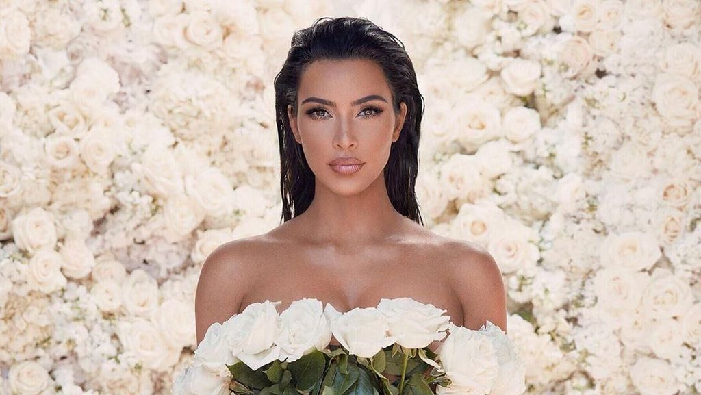 Kim Kardashian Pakai Buket Bunga Mawar Asli Jadi Gaun