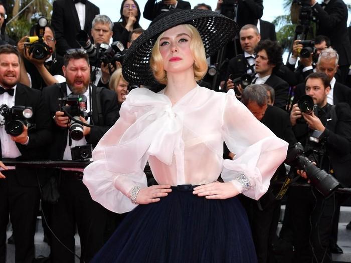 Elle Fanning bawa jimat keberuntungan ke red carpet. Foto: Getty Images
