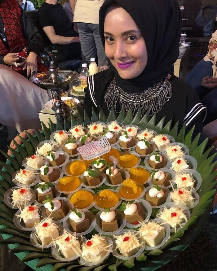 Aneka puding manis, topping cokelat dan keju siap meramaikan acara makan-makan Elma. Semua pudingnya terlihat manis dan menggugah selera. Foto: Instagram @elmatheana