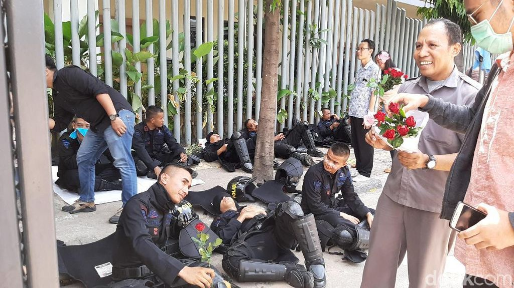 Setangkai Mawar untuk Pak Polisi