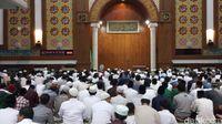 Jamaah menunggu jenazah Arifin Ilham (Farih Maulana/detikcom)