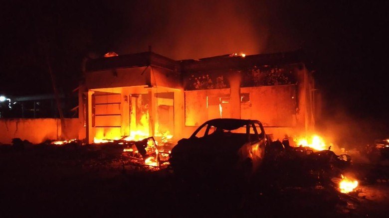 Polsek Tambelangan di Sampang Madura Dibakar Massa