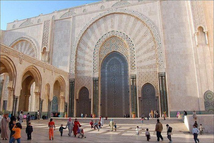 Masjid yang dibangun di atas daratan yang menjorok ke arah Samudera Atlantik ini dirancang oleh seorang arsitek asal Perancis bernama Michel Pinseau. Dok. www.atlasobscura.com.