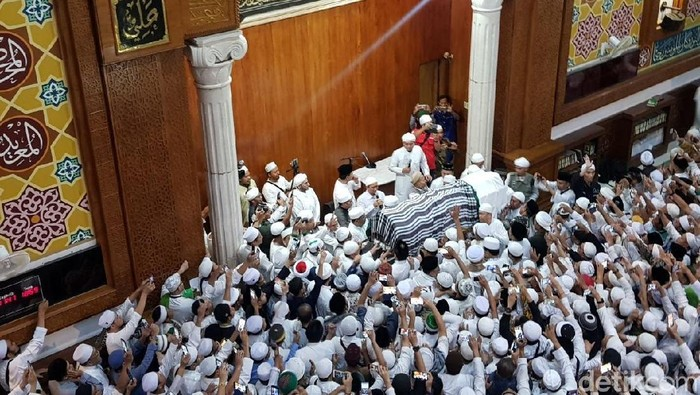 Jenazah Ustaz Arifin Ilham jelang disalatkan di Masjid Az-Zikra Sentul. Foto: Indra Komara/detikcom