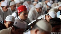 Para jemaah membacakan 7 surat Alquran untuk mendoakan almarhum Ustaz Arifin Ilham.